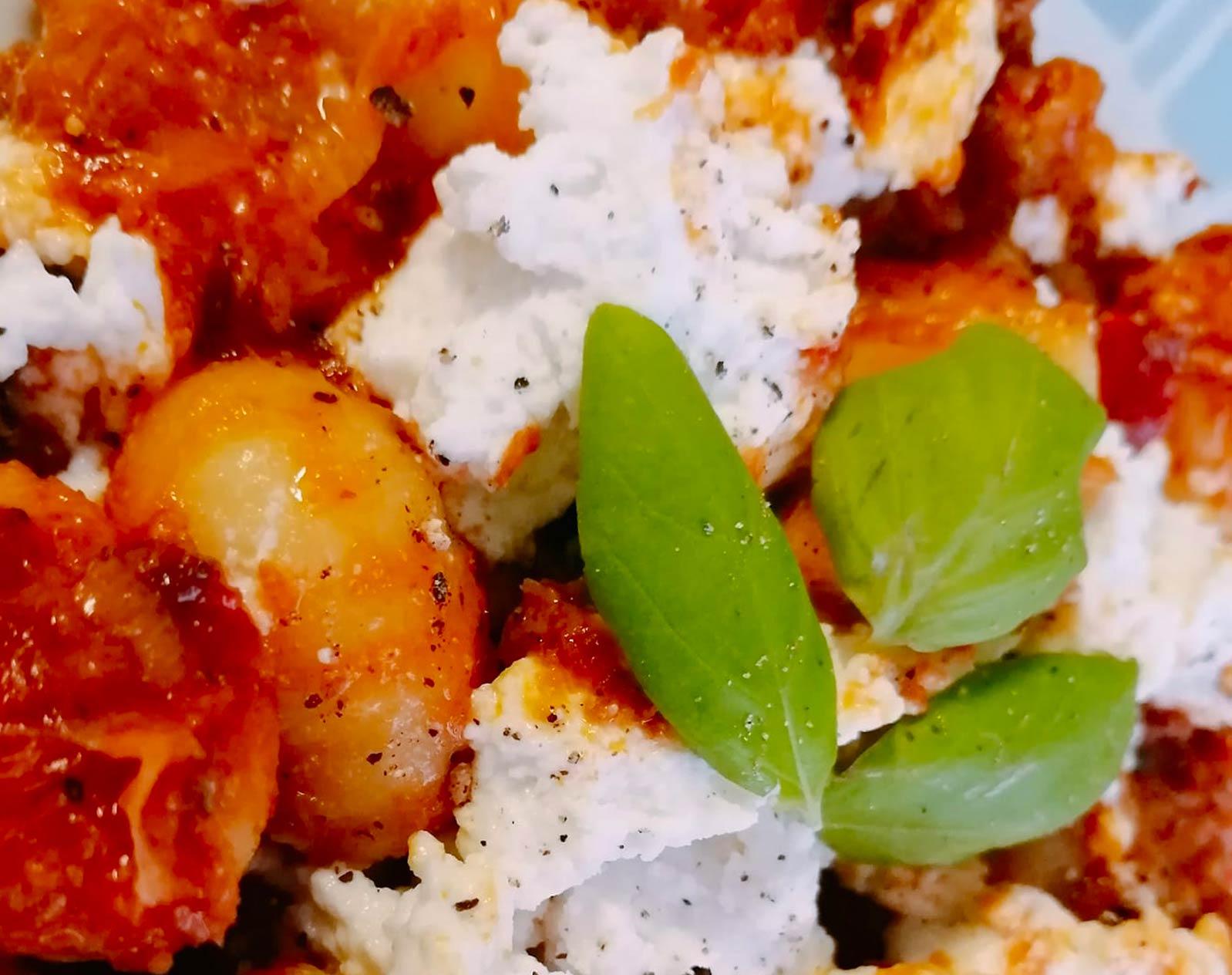 Gnocchi con ricotta, verduras y pesto rojo